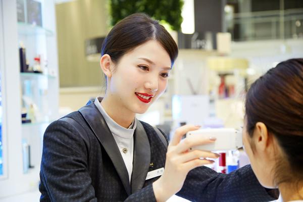 アルビオン 新宿・渋谷・青山・六本木エリアの有名百貨店・専門店美容部員・化粧品販売員(ビューティーアドバイザー)正社員の求人のスタッフ写真1