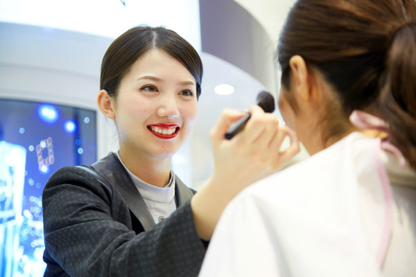 アルビオン 新宿・渋谷・青山・六本木エリアの有名百貨店・専門店美容部員(ビューティーアドバイザー)正社員の求人のスタッフ写真1