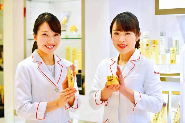 ドクターシーラボ 京王百貨店 新宿店美容部員契約社員の求人のスタッフ写真2