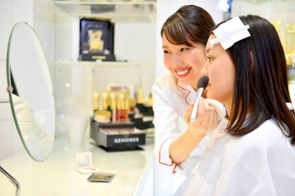 ドクターシーラボ 京王百貨店 新宿店美容部員契約社員の求人のスタッフ写真6