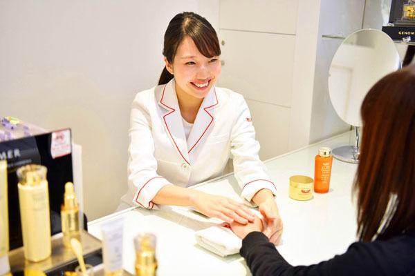 ドクターシーラボ 京王百貨店 新宿店美容部員・化粧品販売員契約社員の求人のスタッフ写真8
