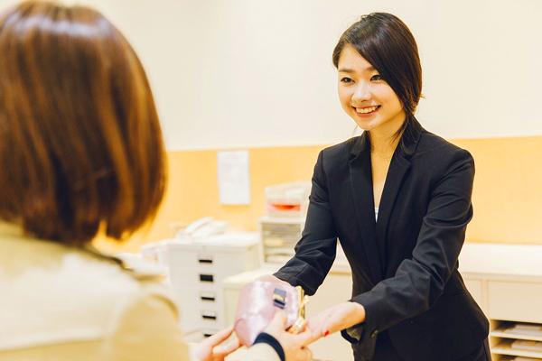新宿髙島屋店内 空港型免税店(NEW OPEN)美容部員派遣の求人のサービス・商品写真1