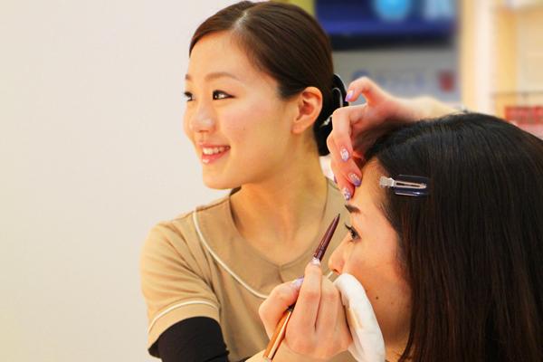 BIEWS(ビューズ)EYEBROW STUDIO 新宿マルイ本館店美容部員・化粧品販売員(アイブロウメイクアドバイザー)正社員の求人のスタッフ写真1