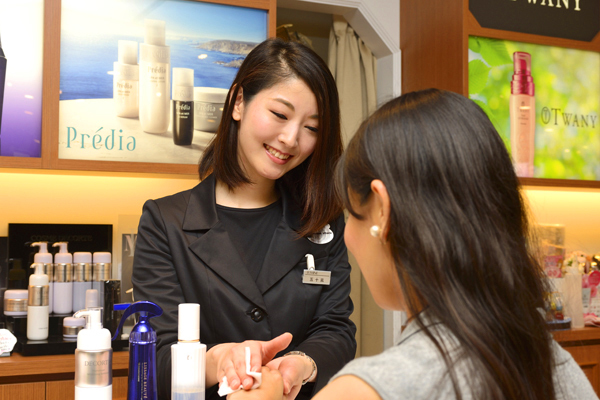 @cosme store ルクア大阪店(NEW)美容部員([正] ビューティーカウンセラー(経験者)※首都圏関西)正社員の求人の写真