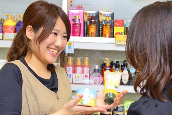 @cosme store mikke! グランスタ店美容部員([契・ア] 化粧品販売員(未経験OK)※東京)契約社員/アルバイト・パートの求人のスタッフ写真1