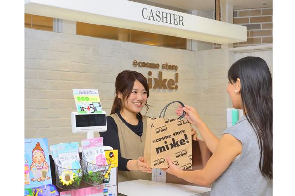 @cosme store mikke! グランスタ店美容部員([契] 化粧品販売員(未経験OK)※東京)契約社員の求人のスタッフ写真1