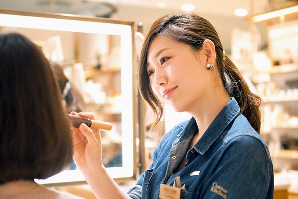 Cosme Kitchen 阪急うめだ本店美容部員・化粧品販売員(メイクアップ担当)契約社員の求人のスタッフ写真1